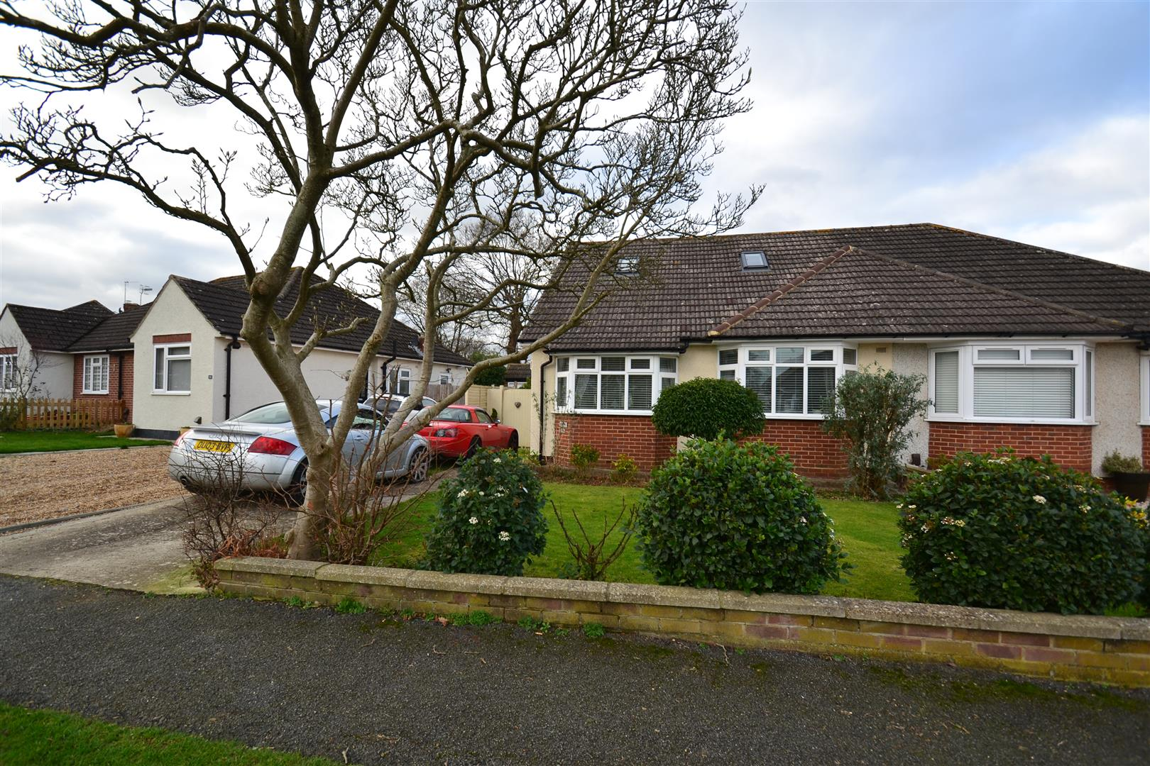 3 Bedrooms Semi Detached Bungalow for sale in Blundell Avenue, Horley
